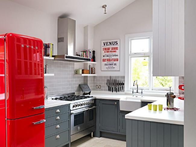 Серая кухня с яркими элементами красного и желтого цветов.