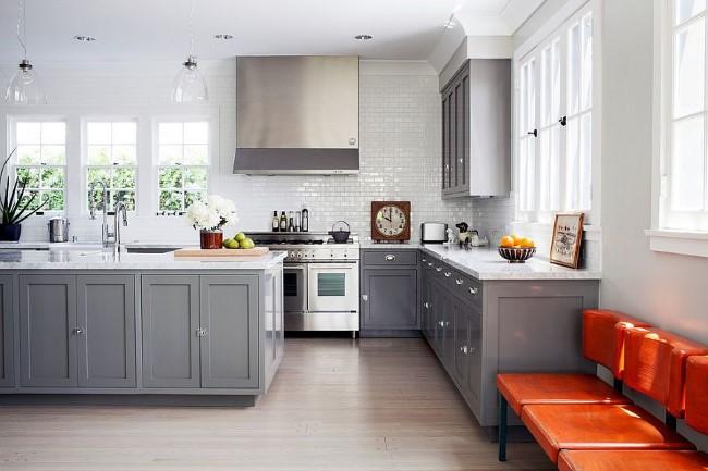 Стильная серо-белая кухня с современной кухонной мебелью.