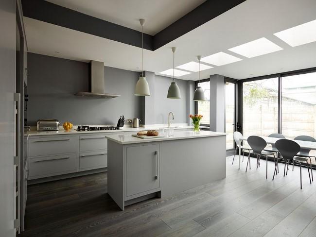 Стильная кухня-столовая с открытой планировкой.