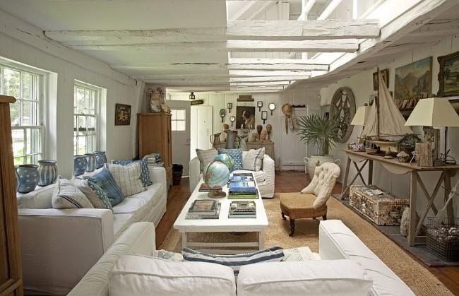 Стиль шебби шик в уютной гостиной в светлых тонах.