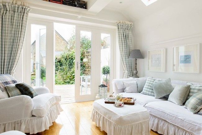 Гостевая в стиле шебби шик с клетчатыми шторами и мягкой белой мебелью.