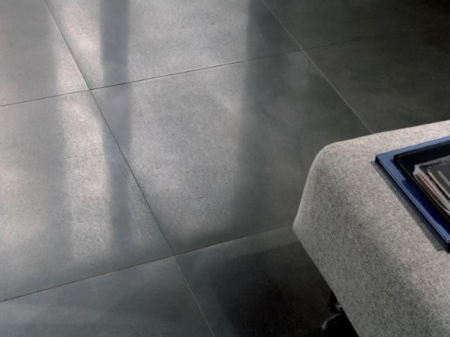 Керамические плиты с металлическим покрытием в интерьере стильной гостиной.