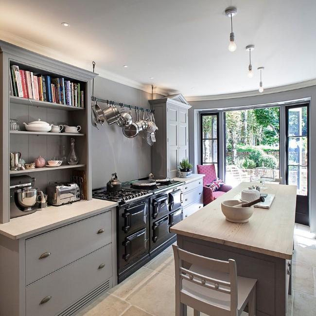 Стильные минималистические потолочные светильники в интерьере кухни.