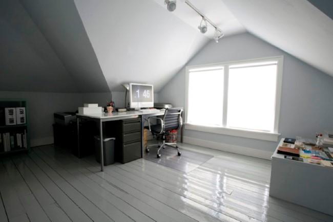 Мансарда своими руками – стильный офис в серых тонах.