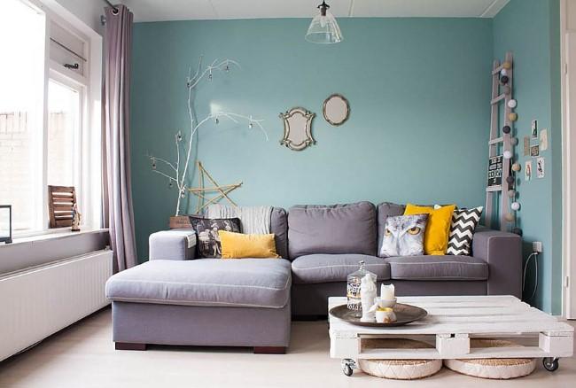 Небольшая гостиная в стиле шебби шик с небесно-голубыми стенами.