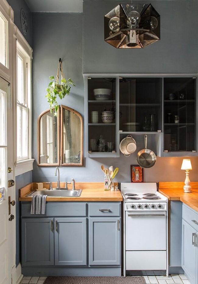 Небольшая серая кухня в ретро-стиле.