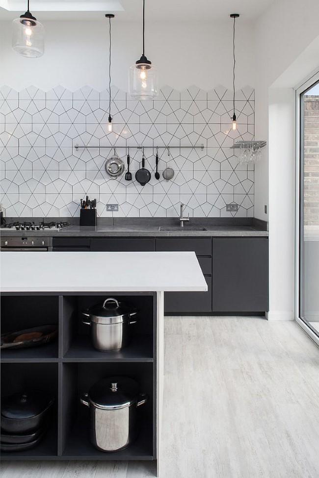 Роскошная кухонная зона, оформленная в светлых и темных серых тонах.