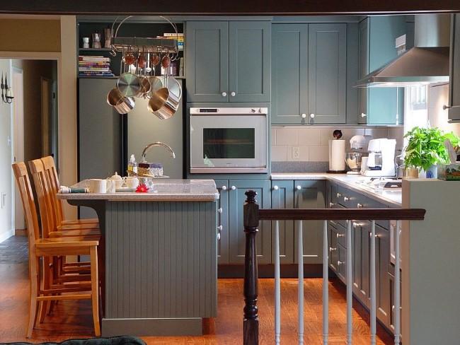 Маленькая серая кухня на первом этаже небольшого частного дома.