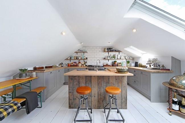 Светло-серая кухня с ярко-желтыми аксессуарами.