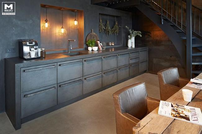 Темно-серая кухонная мебель в интерьере стильной маленькой кухни.