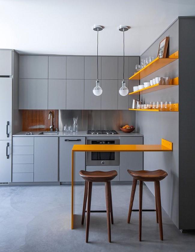 Серая кухня с элементами желтого цвета в интерьере загородного дома.