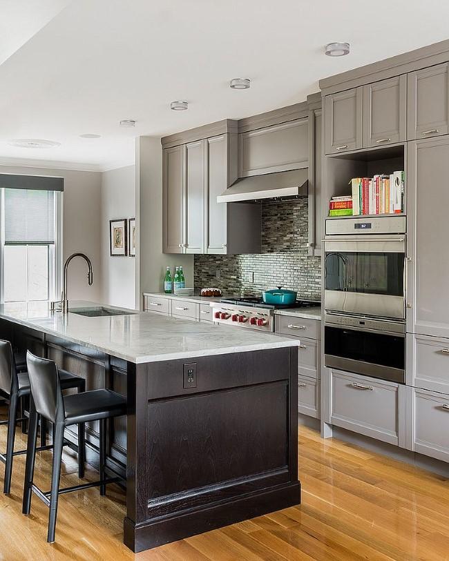 Кухня в классическом стиле с мебелью серого цвета.