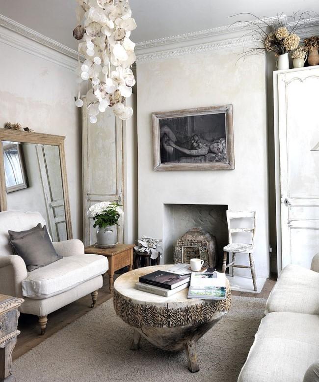 Маленькая уютная гостиная с антикварной мебелью шебби шик.