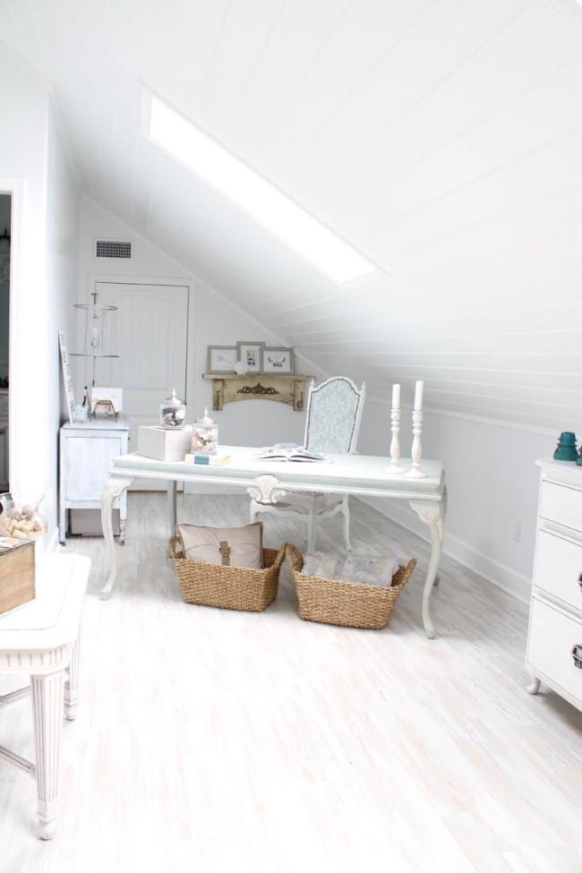 Стильная студия-офис в белых тонах на чердаке загородного дома.