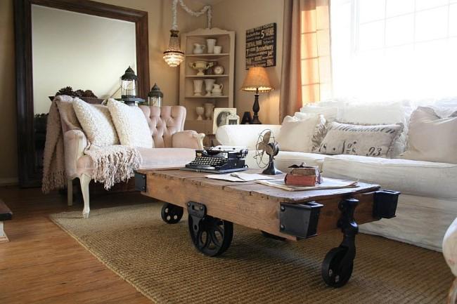 Антикварный столик на колесиках в уютной гостиной шебби шик.