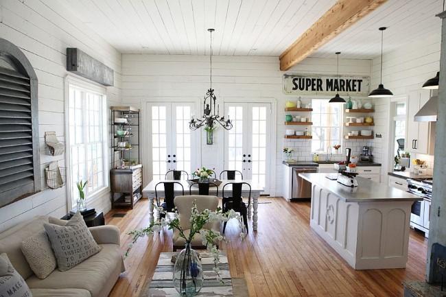 Просторная гостиная с открытой планировкой, совмещенная с кухонной зоной.