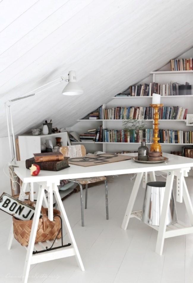 Белый домашний кабинет-библиотека с рабочим столом в индустриальном стиле.