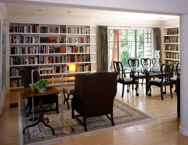Уютная столовая-гостиная со встроенными полками для книг.