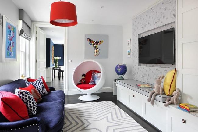 Гостевая-игровая комната с мягкими яркими подушками и стильными аксессуарами.