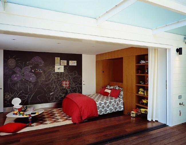 Яркая и стильная игровая-гостевая комната от дизайнеров студии Cary Bernstein Architect.