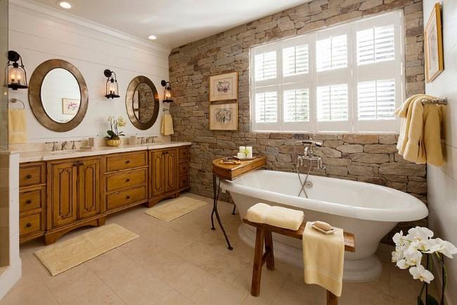 Элегантная ванная комната с каменной стеной и белыми деревянными панелями.