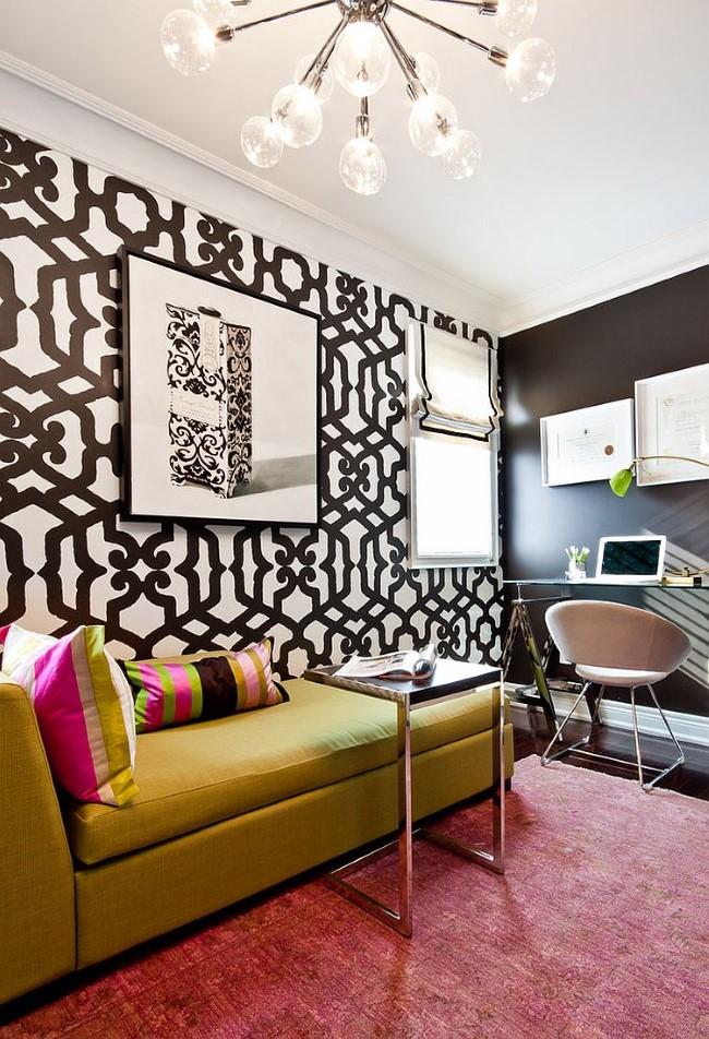 Черно-белый домашний кабинет с желтым диваном и разноцветными подушками.
