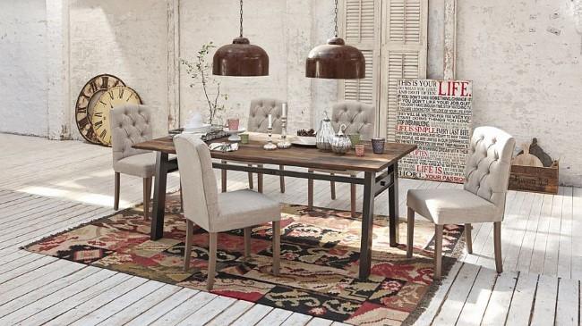 Винтажные аксессуары и деревянная мебель в белой шебби шик столовой.
