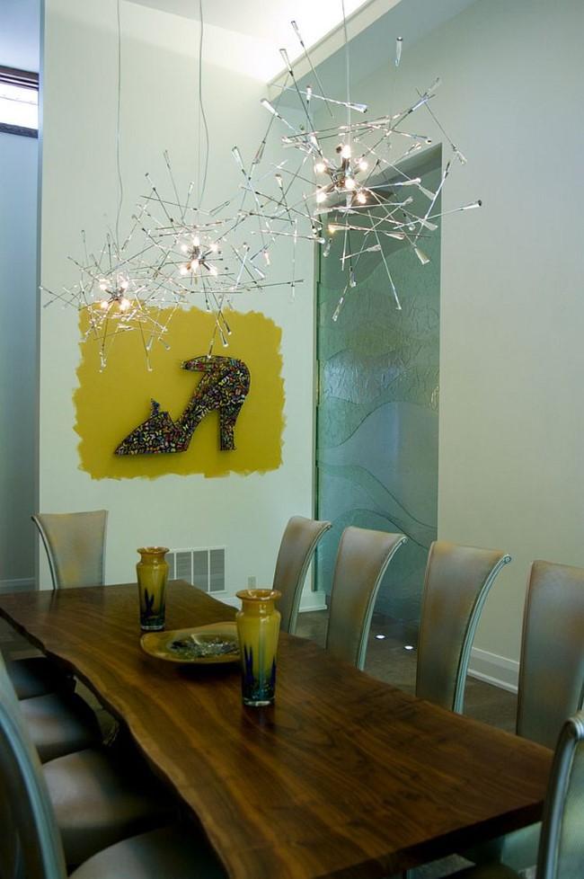 Предметы декора в стиле модерн и оригинальные люстры в интерьере современной столовой.