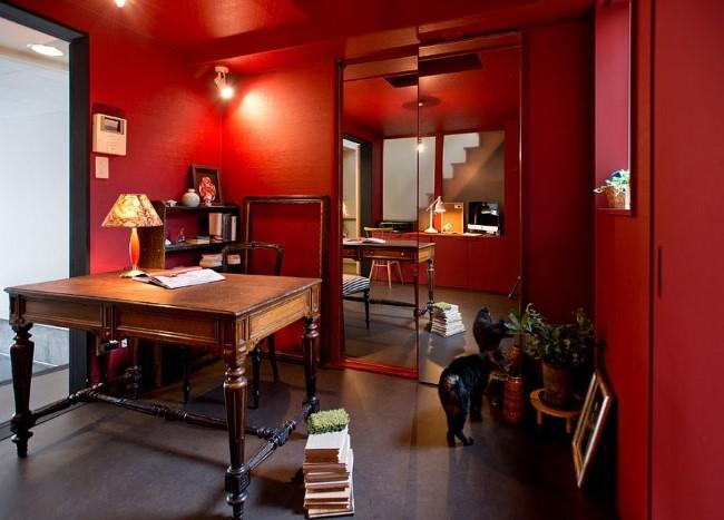 Насыщенные красные стены и потолок в интерьере азиатско-эклектического кабинета.