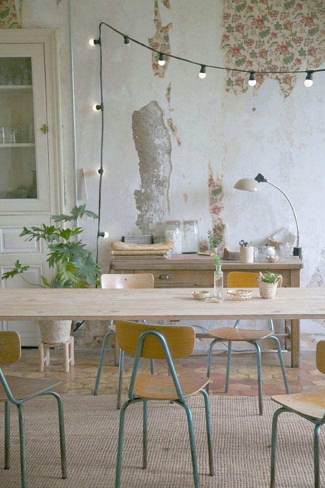 Современная мебель и индустриальные элементы в интерьере столовой шебби шик.