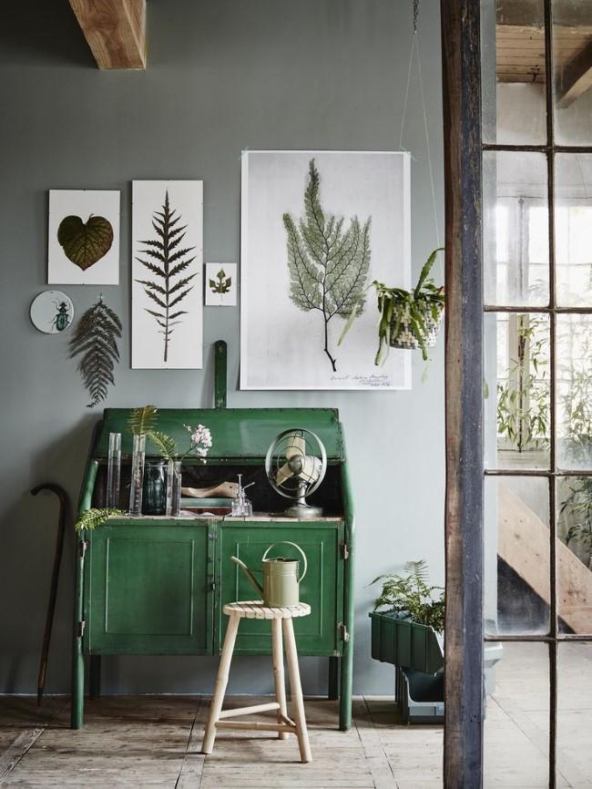 Просторный домашний кабинет в экостиле с уникальными картинами и рисунками.