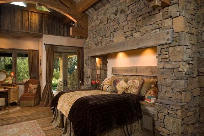 Деревянная кровать в нише из натурального камня.