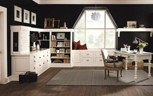 Просторный домашний кабинет с черными стенами и белой классической мебелью.