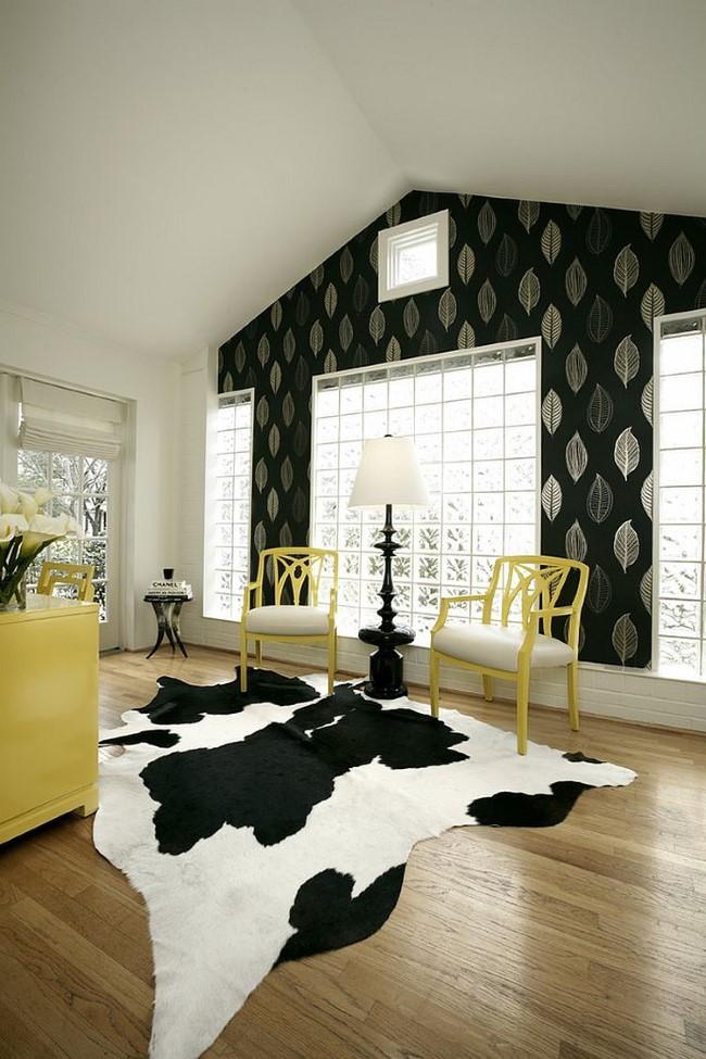 Классический черно-белый кабинет с желтым рабочим столом и стульями.