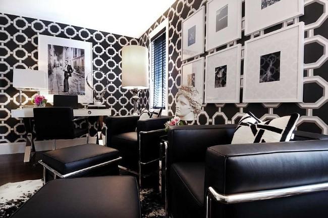 Просторный домашний кабинет со стильными узорчатыми обоями и черно-белыми картинами.