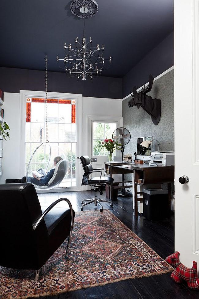 Стильный домашний офис с черным потолком и белыми стенами.