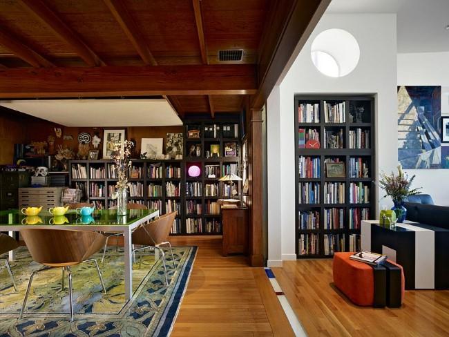 Книжные полки и шкафы в интерьере гостиной и столовой с открытой планировкой.