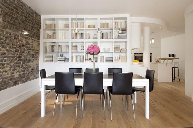 Открытие книжные полки и стеллажи в интерьере современной стильной столовой.