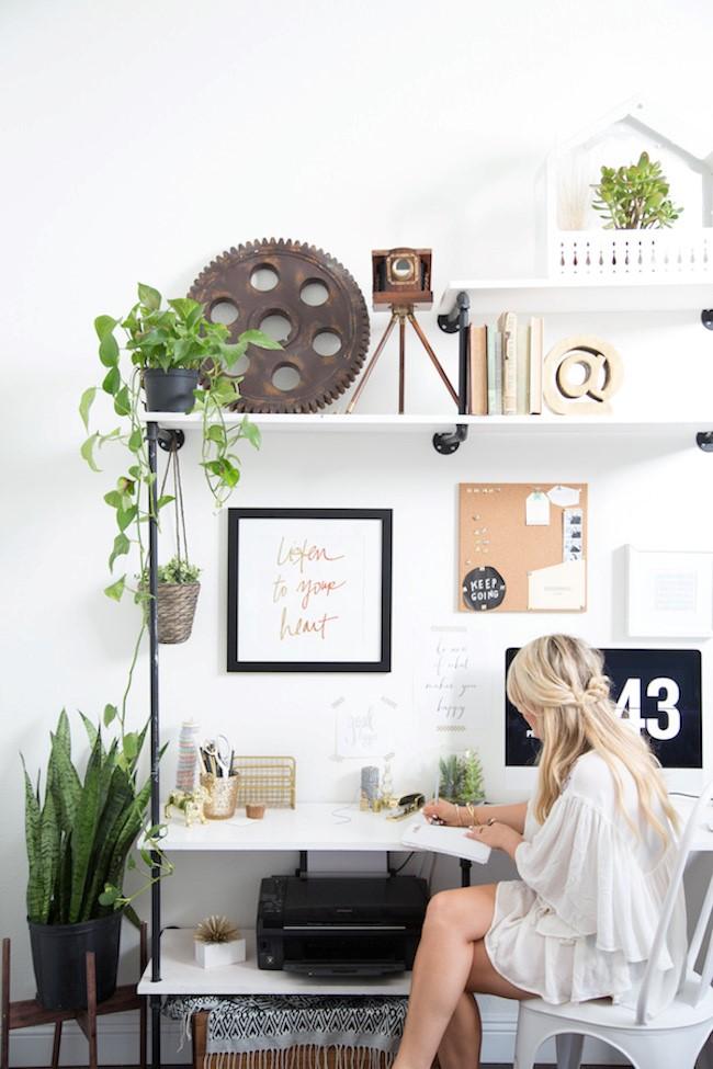 Стильный интерьер домашнего кабинета в экостиле с обилием живых растений и цветов.