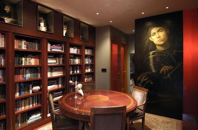 Таинственный кабинет в классическом стиле с книжными шкафами и необычными картинами.