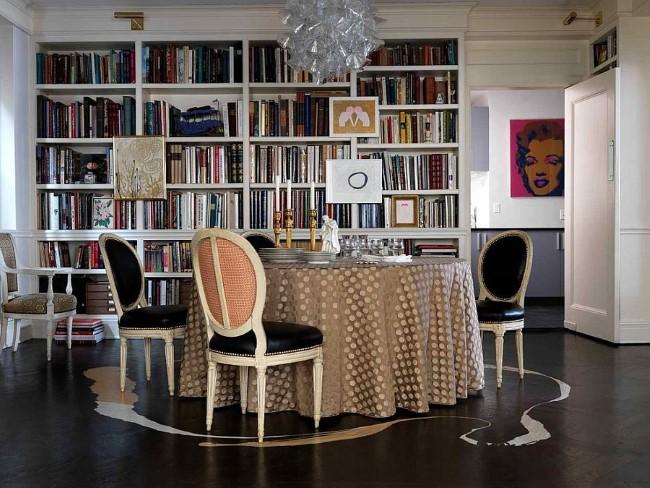 Элегантная классическая столовая со встроенным вместительным книжным шкафом.
