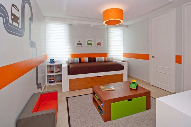 Гостевая-игровая комната в белых цветах с яркими разноцветными элементами.