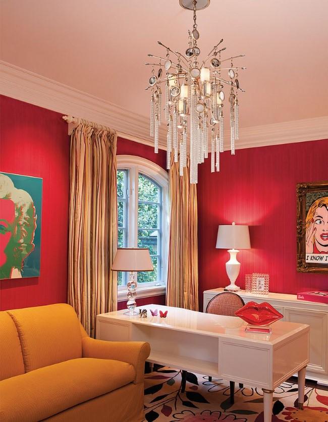 Матовые красные обои в интерьере стильного домашнего кабинета.