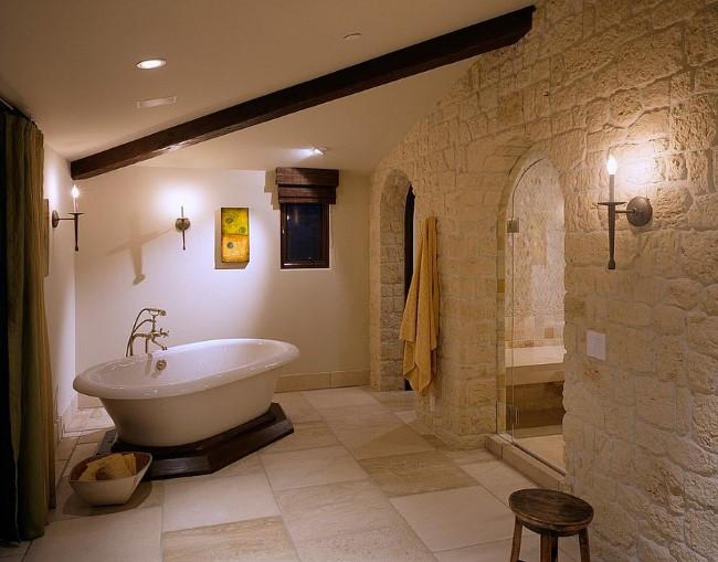 Современная ванная комната с каменными стенами и элементами средиземноморского стиля.