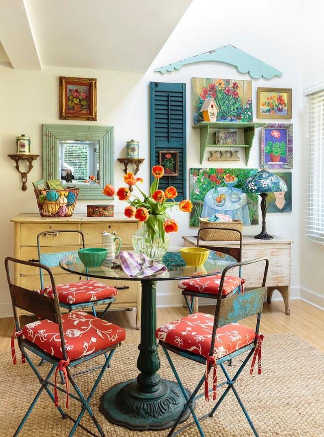 Яркая, разноцветная столовая частного дома, декорированная в стиле шебби шик.