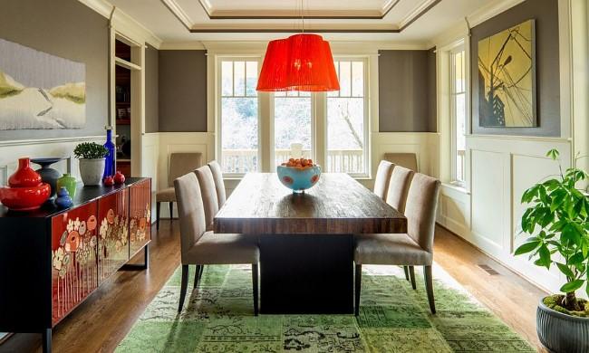 Зеленый прямоугольный ковер в интерьере эклектической гостиной-столовой.