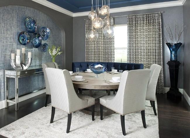 Роскошная сине-серая столовая с белым ковровым покрытием.