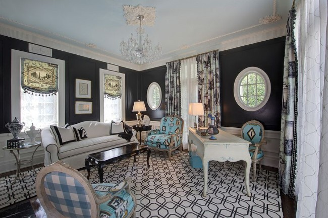 Элементы серого, голубого и синего цвета в черно-белом домашнем кабинете.