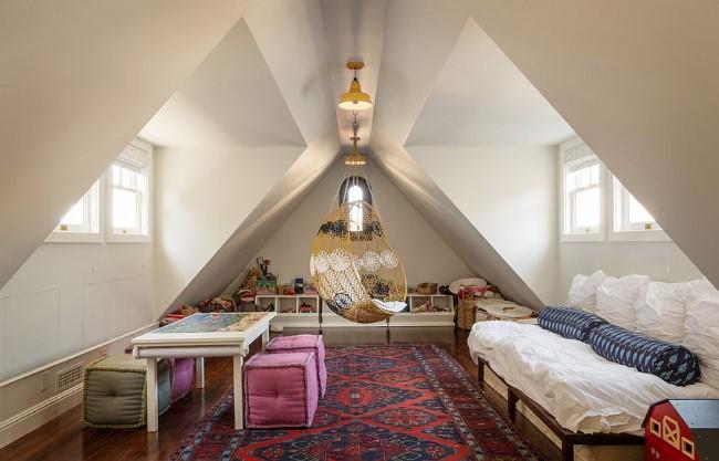 Игровая комната-гостевая с мягкими пуфами, журнальным столиком и диваном.