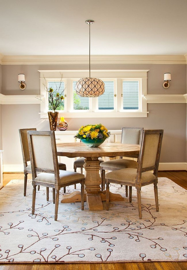 Светло-розовый узорчатый ковер в интерьере стильной гостиной-столовой.